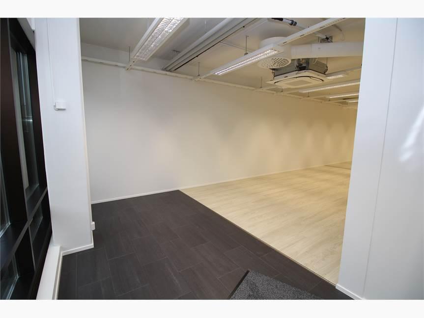 Sisääntulon yhteydessä on tummenpaa laattaa lattiassa.