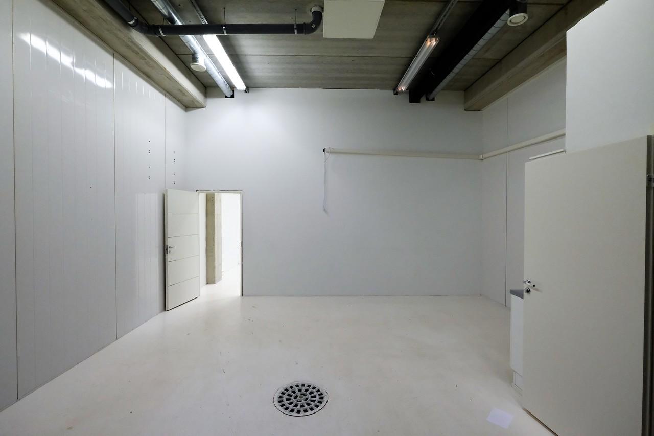 varasto suihkullisella wc:llä ja minikeittiöllä.
