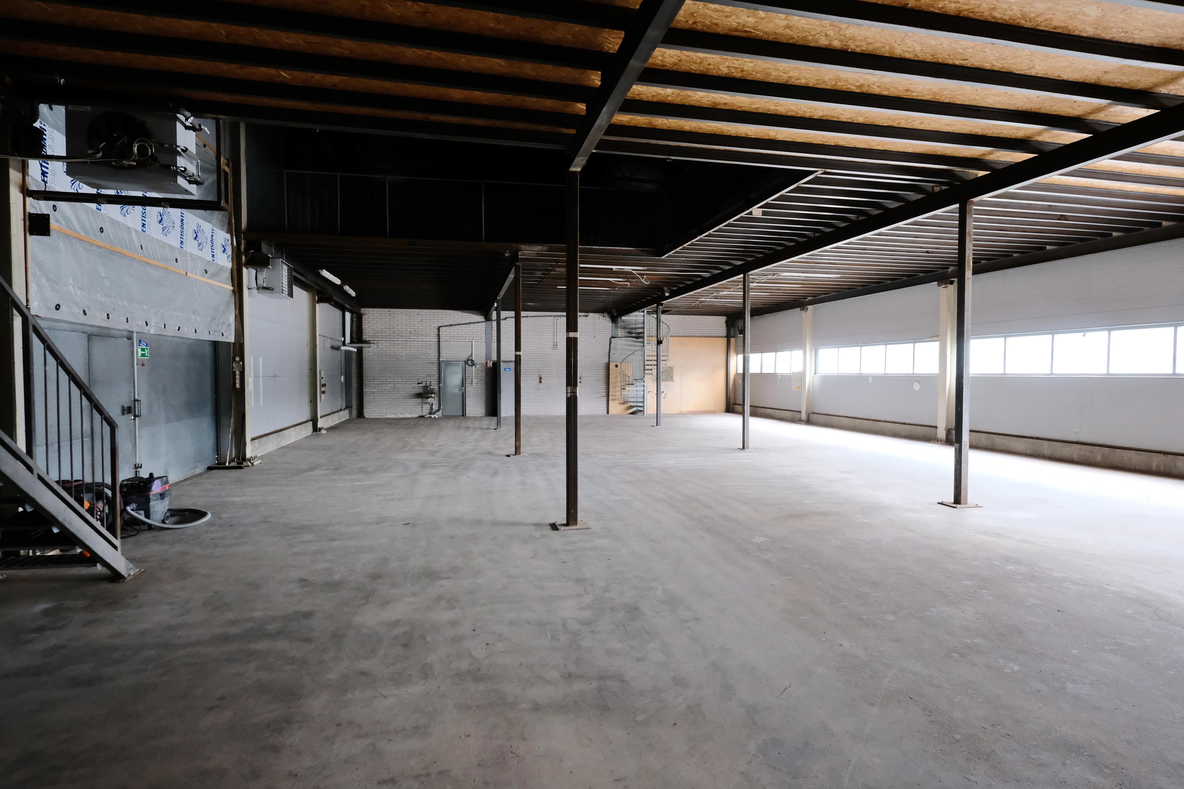 halli, josta lohkaistu 175 m2, ovi vasemmalla