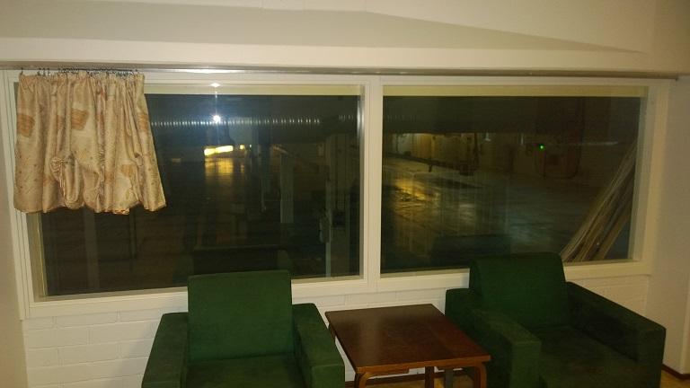 Yläkerran aulan näkymä halliin
