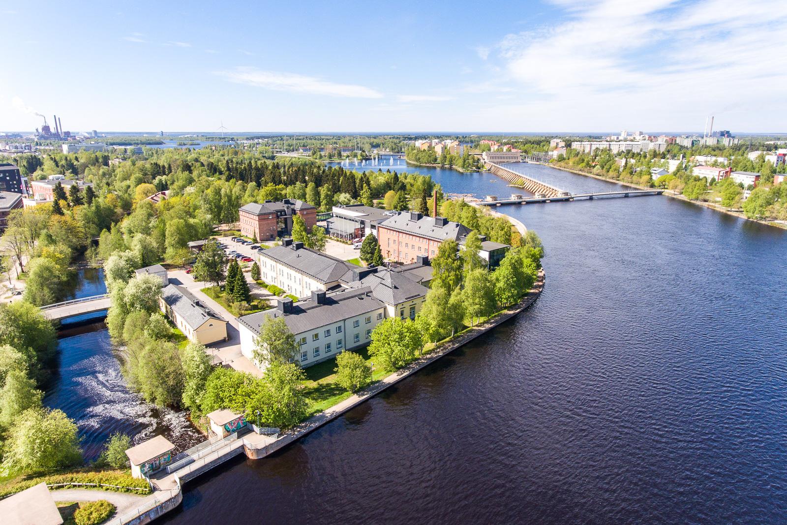 Aivan rakennuksen vierestä virtaa Oulujoki