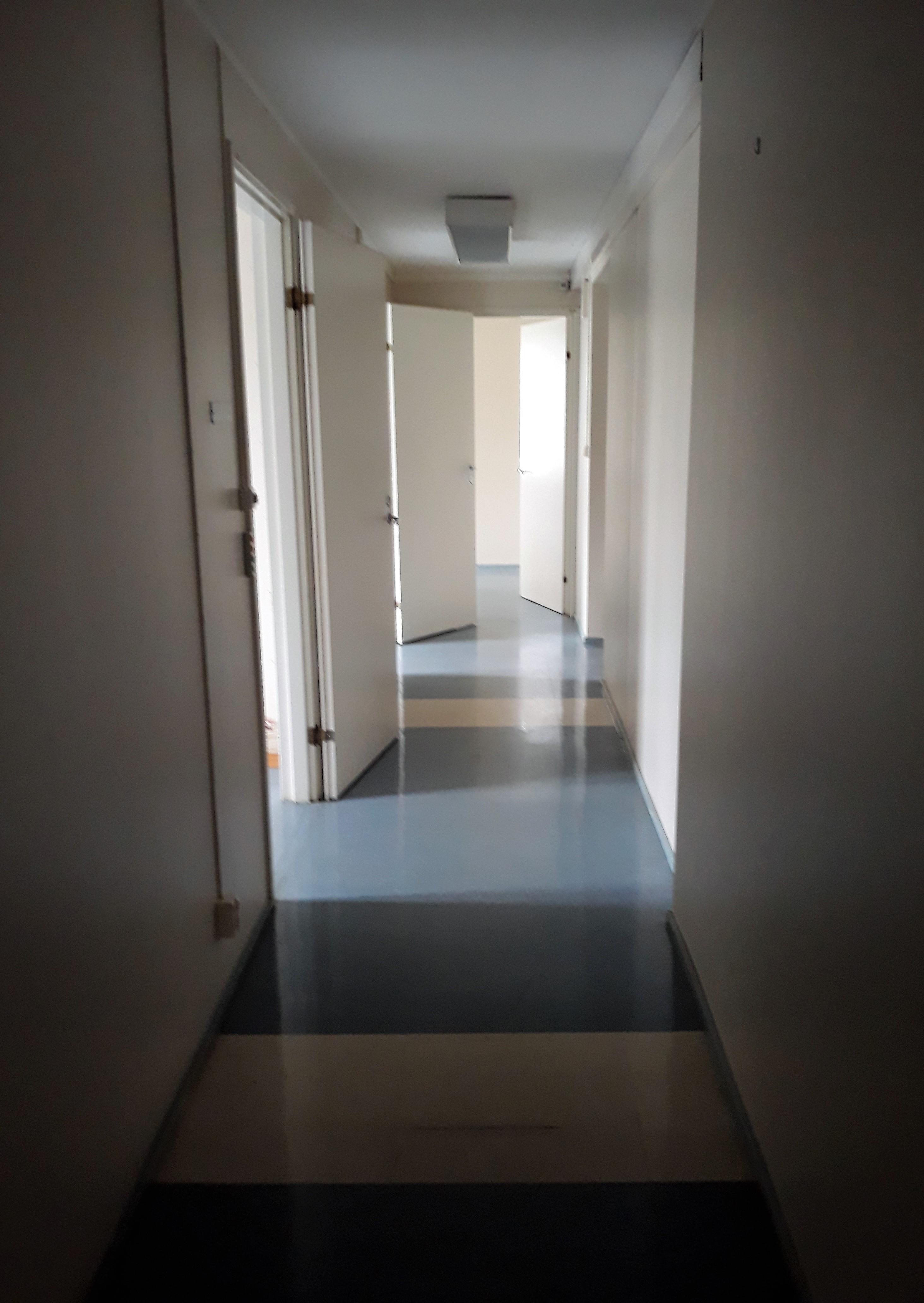 käytävä läpi talon